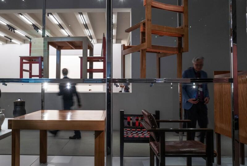 Muebles de distintos artistas son expuestos en el recinto.