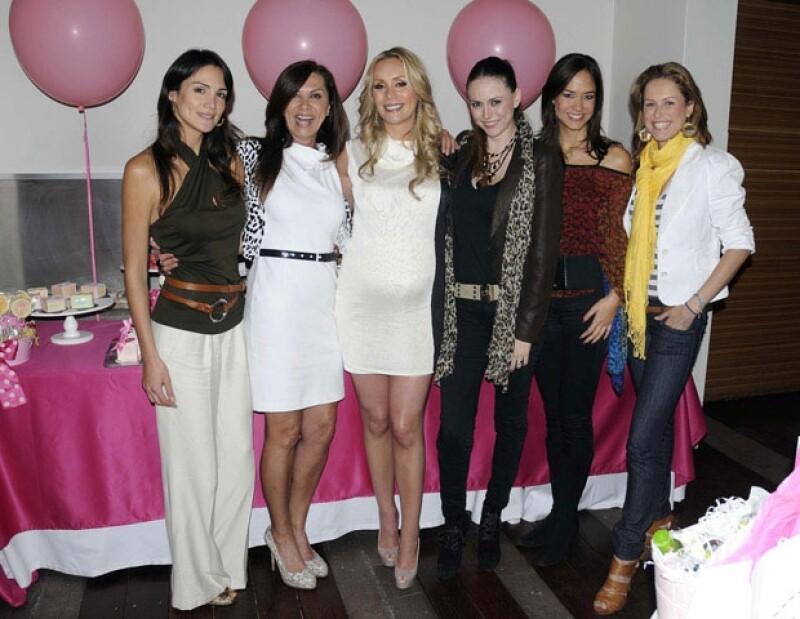 La bella ex modelo lució muy feliz durante su baby shower, en donde estuvo acompañada de sus amigas y familiares.