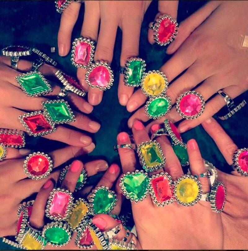 Suri Cruise y sus amigas se divirtieron luciendo anillos de bisutería.