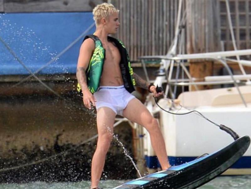 El interprete de Sorry vuelve a ser el centro de atención al ser fotografiado semidesnudo mientras esquiaba. Además Brooklyn Beckham y Kourtney Kardashian ¡súper hot!.