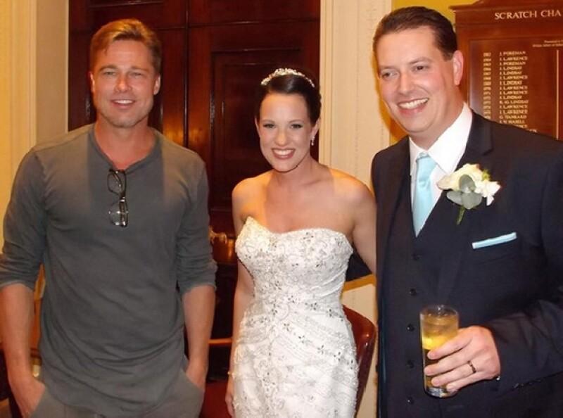 Brad Pitt casual con una pareja de recién casados.