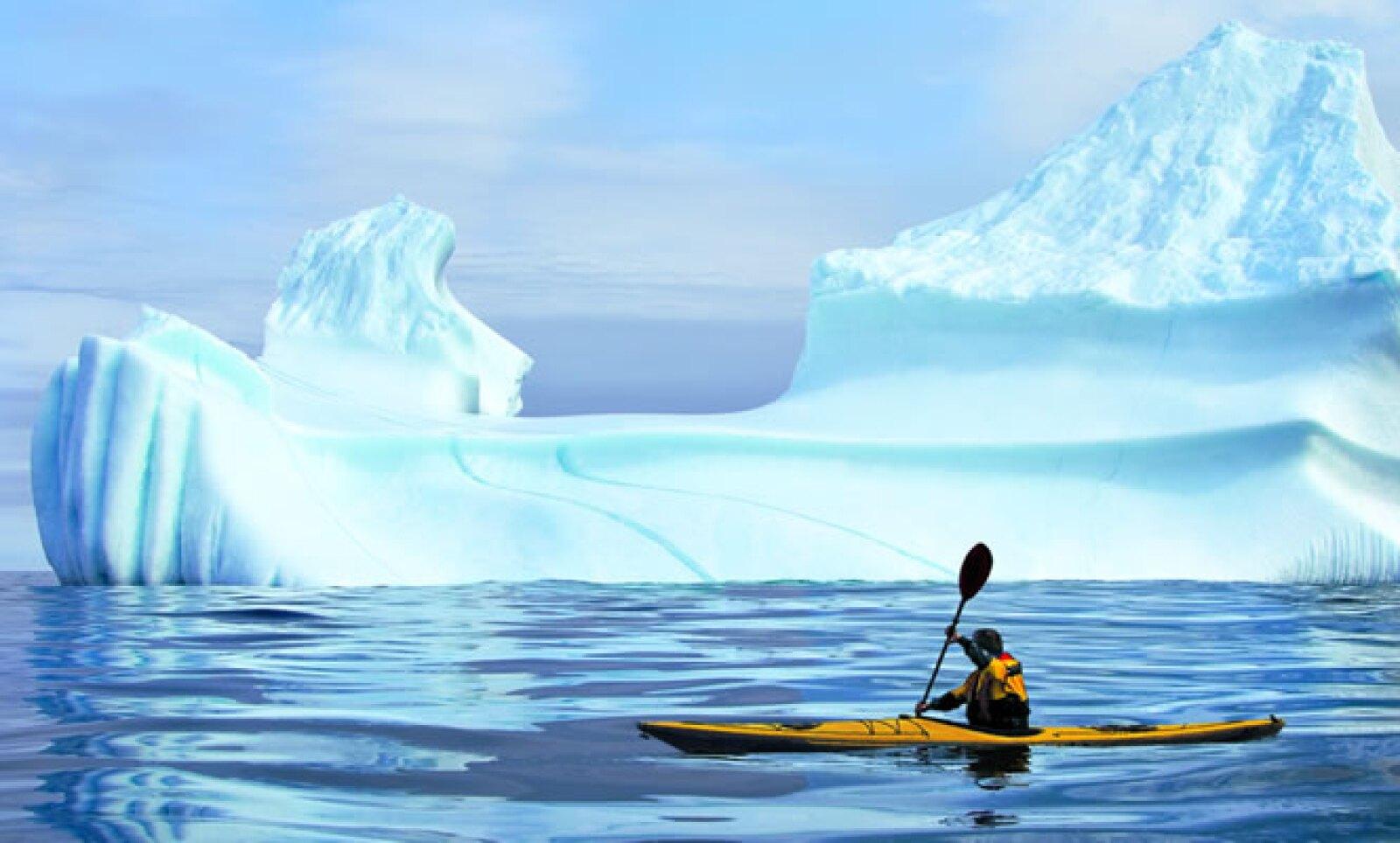 En la región de Terranova, fuera de la costa de Cabo Broyle, rema entre varios icebergs que superan los 200 metros de extensión.