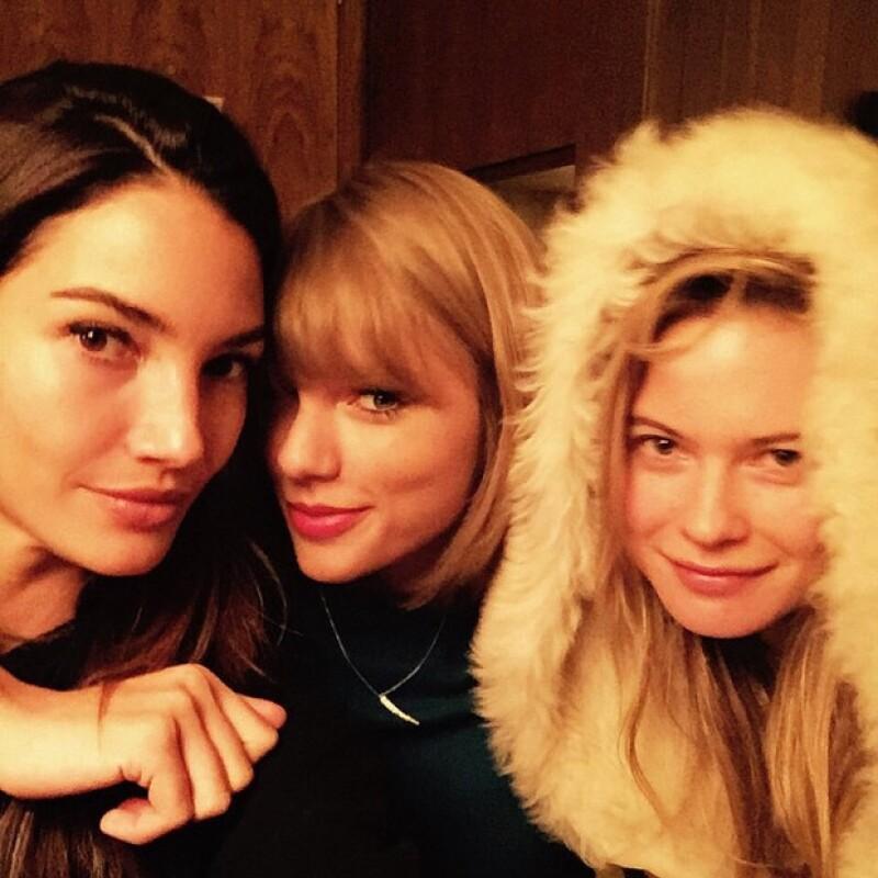 La cantante se reunió con sus amigas supermodelos previo a su presentación por segunda vez en el fashion show.