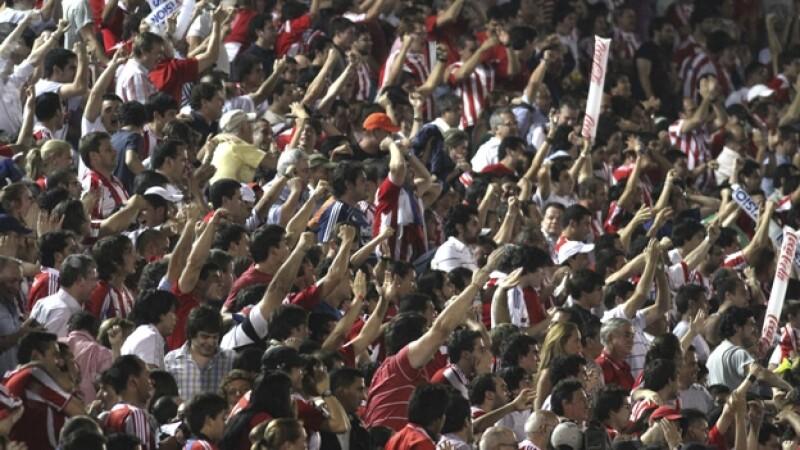 aficionados en un estadio de futbol