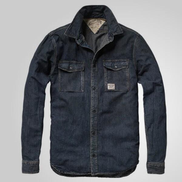 Una clásica camisa en color azul que puedes combinar con una gabardina en tono claro para ayudar al contraste.