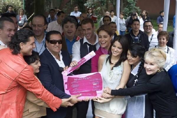 Tanto el productor Salvador Mejía como el elenco se reunieron para dar el claquetazo.