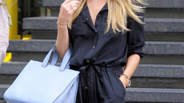 Rosie Huntington-Whiteley adora los bolsos grandes.