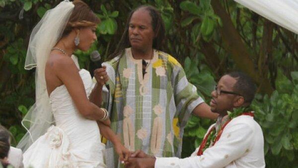 Bobby Brown quien es famosos por ser el ex esposo de Whitney Houston decidió casarse con su pareja Alicia Etheridge en el paradisiaco Hawaii.