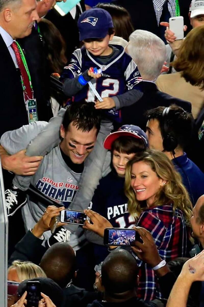 Tom Brady, jugador estrella de los Patriots, festejó a lo grande junto con sus hijos y su esposa Gisele por el éxito del partido.