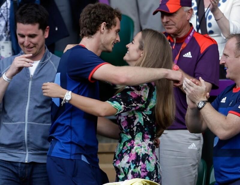 Entre aplausos y ovaciones, el tenista abrazo a su pareja, Kim Sears.