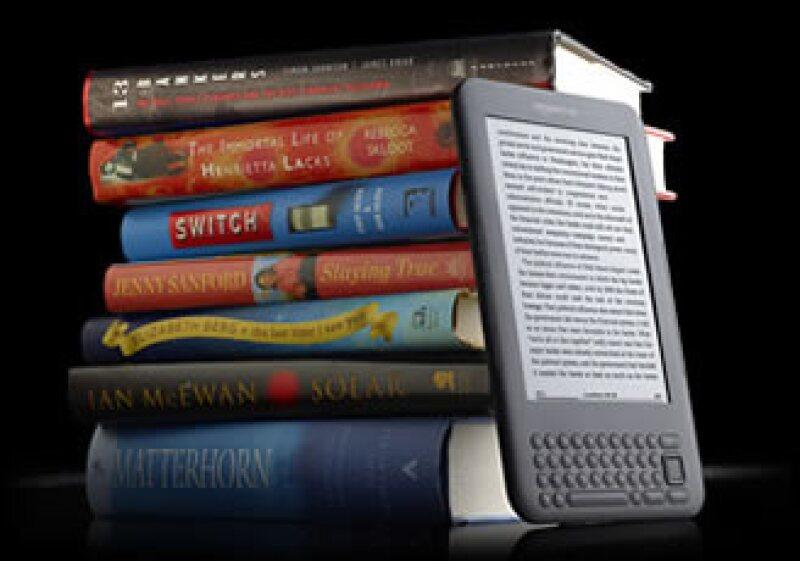 Amazon informó que vende 180 libros Kindle por cada 100 libros de tapa dura. (Foto: Cortesía Fortune)