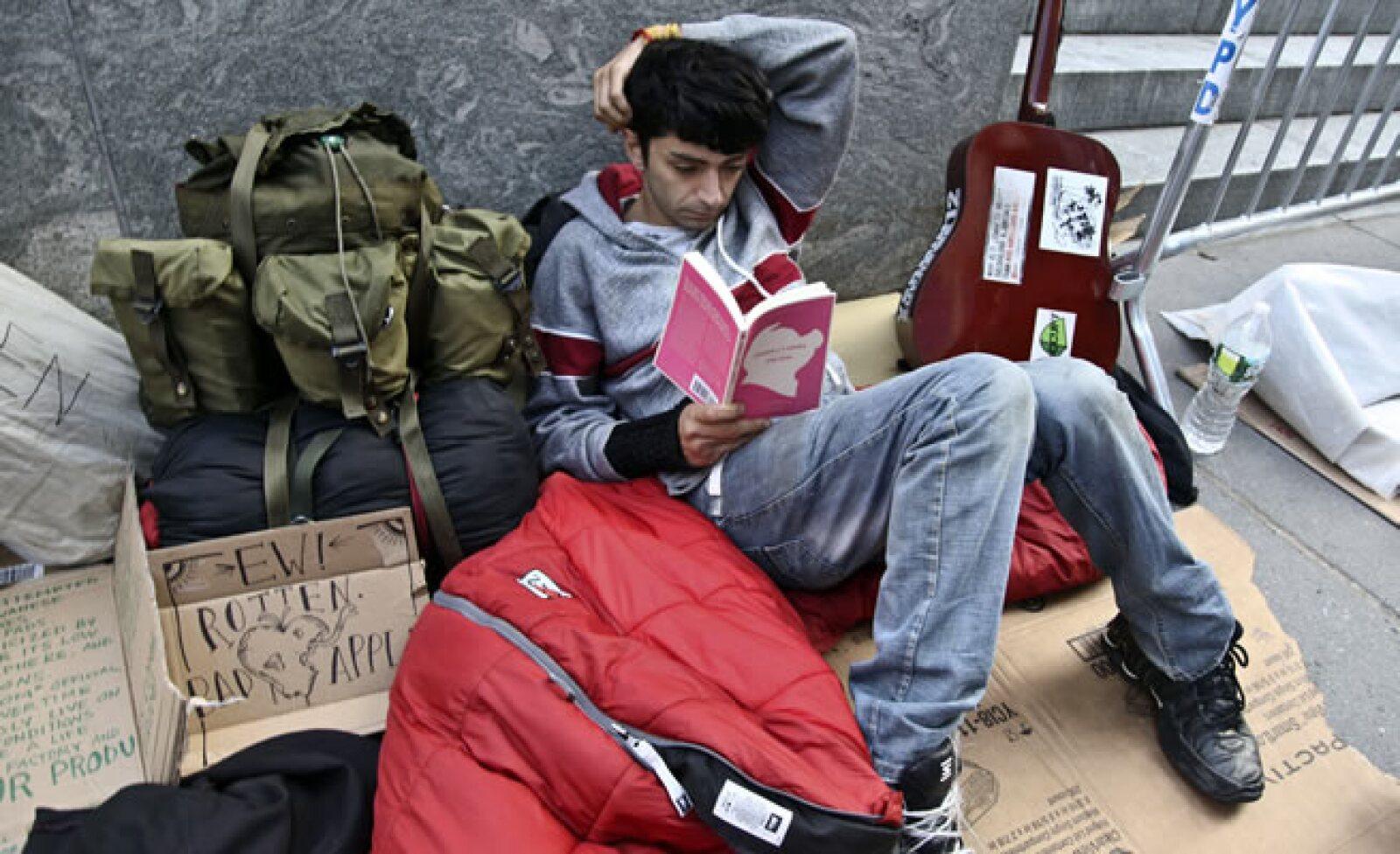 """Rami Shamir, miembro de """"Occupy Wall Street"""", espera a fuera de la tienda de Apple en la Quinta Avenida, pero para protestar y no para adquirir el iPhone 5."""