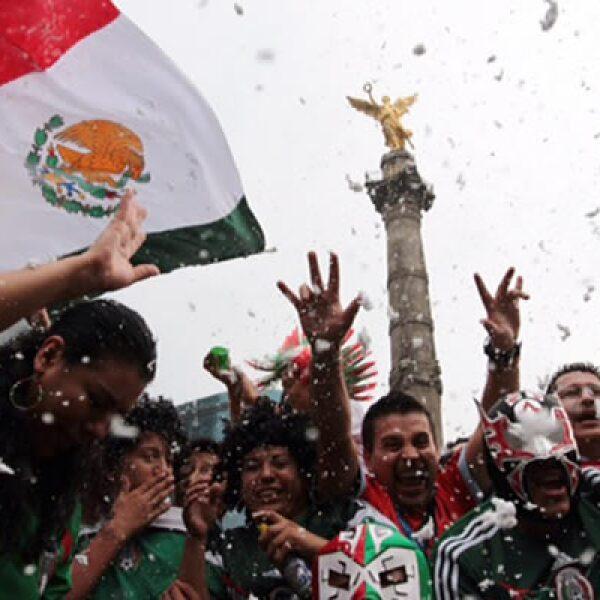 Pese al cielo nublado, los aficionados llenaron de color la avenida Paseo de la Reforma.