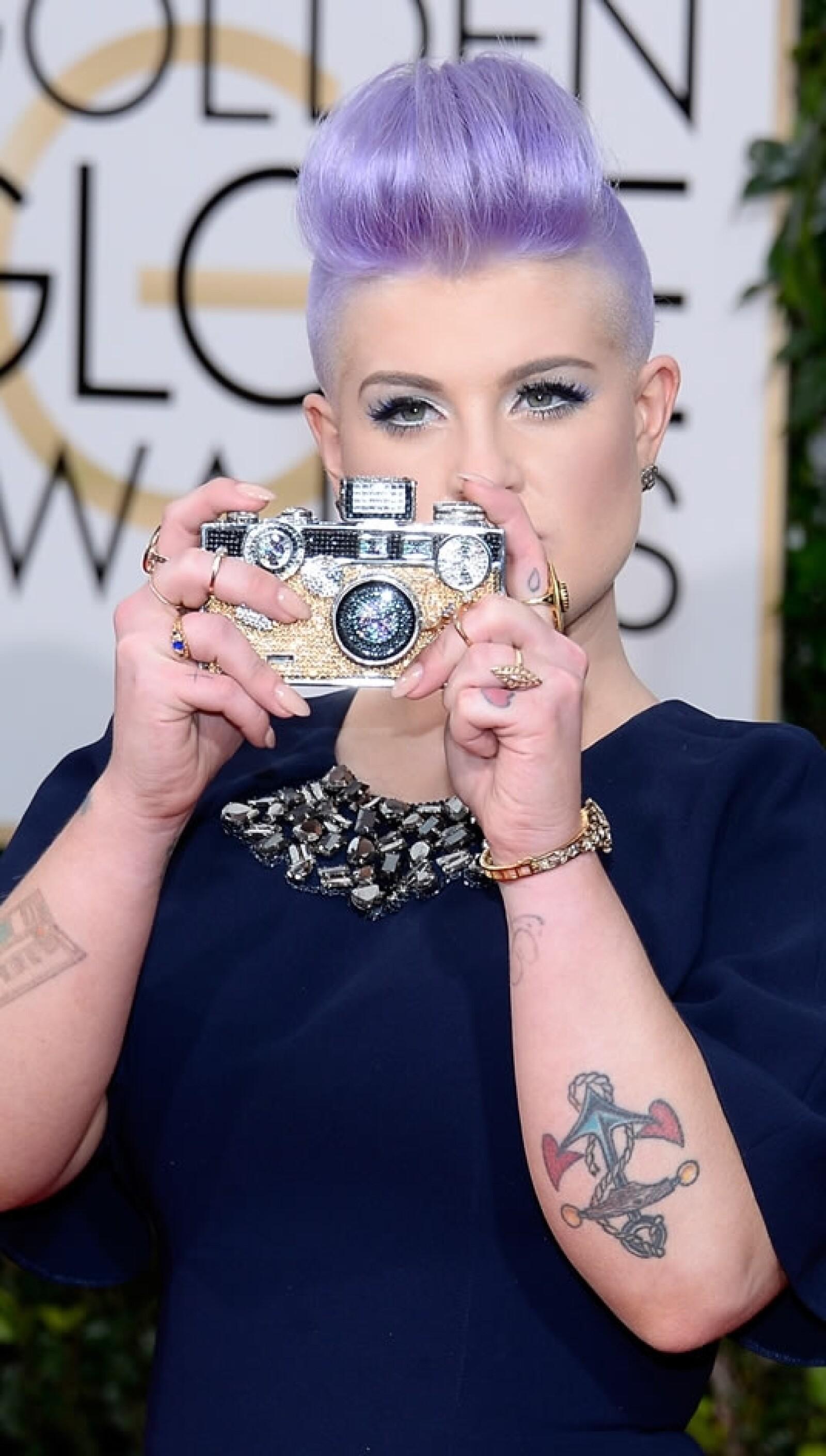 Kelly Osbourne, hija de la leyenda del rock Ozzy Osbourne, tomando una foto
