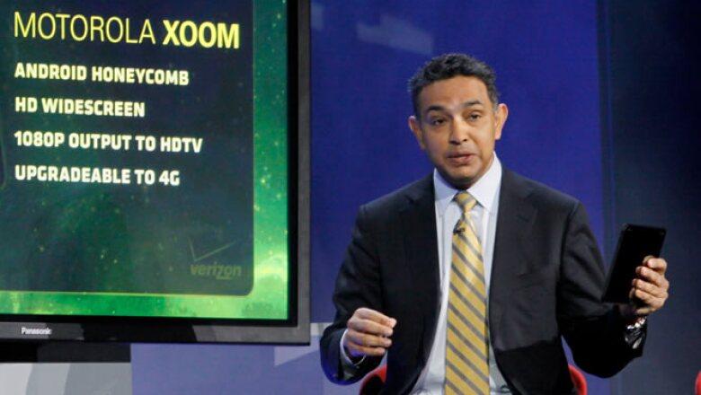 Sanjay Jha, CEO de Motorola Mobility, presenta su nueva 'tablet' Xoom, durante la conferencia inaugural de la feria tecnológica.