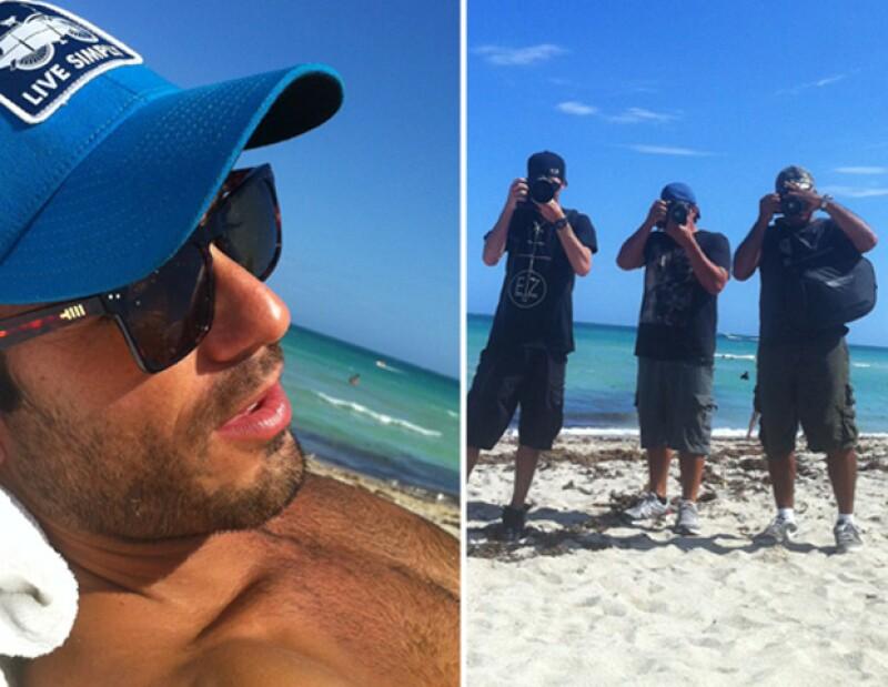 El actor mexicano se dio cuenta de que lo fotografiaban mientras descansaba en la playa, y anticipándose compartió una foto en Twitter de él y de los tres fotógrafos que los merodeaban.