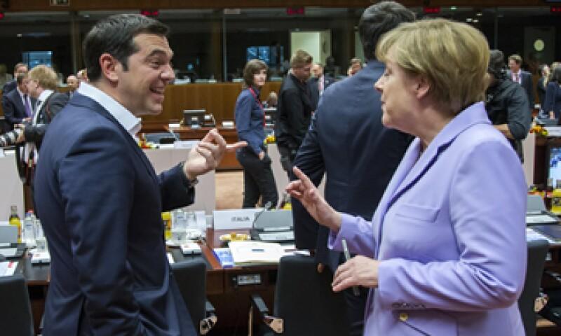 La canciller alemana Angela Merkel busca que el primer ministro de Grecia, Alexis Tsipras, acepte profundizar reformas en pensiones e impuestos. (Foto: Reuters )