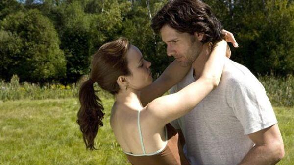 Un desorden genético hace que Henry viaje en el tiempo involuntariamente, y su relación con Clare es puesta a prueba cuando su ir y venir comienza a causar frustración.