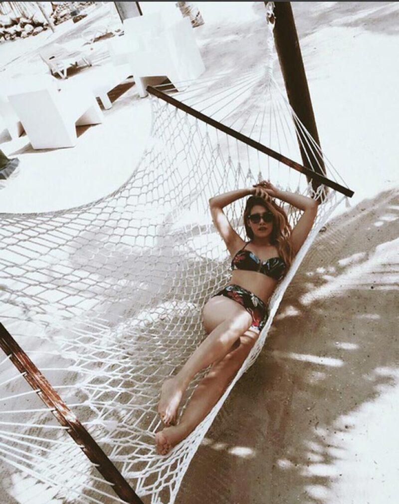 Lució muy guapa en un bikini negro con estampado floral, mientras disfruta del caribe jamaiquinio.