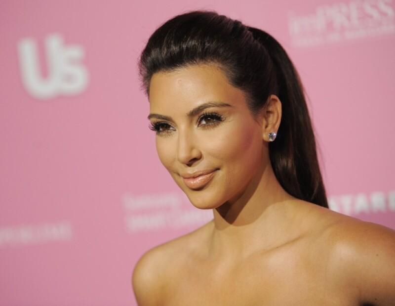 Uno de los voceros de la familia Kardashian aseguró que la socialité no es la mujer que aparece en una foto cocinando desnuda.