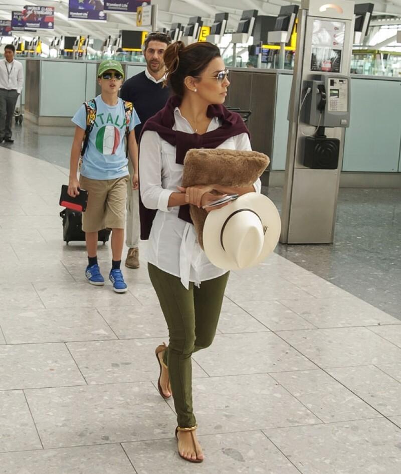 La pareja fue vista con quien parece ser el hijo del directivo de Televisa en el aeropuerto de Londres, eso sí, sin perder el estilo... como de costumbre.