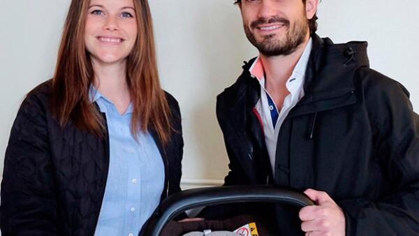 La casa real de Suecia ha revelado la primera foto del bebé de Carlos Felipe y Sofía que nació ayer, en ella se distingue la carita del recién nacido y se ve a la estrenada mamá muy feliz.