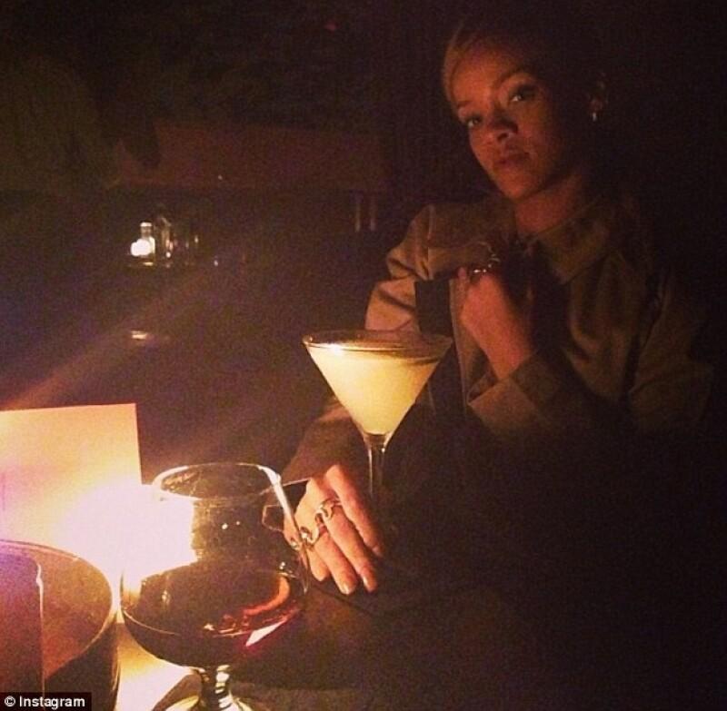 Rihanna publicó esta imagen con el mensaje: Tengo la copa de un rey, pero tú no eres el rey.