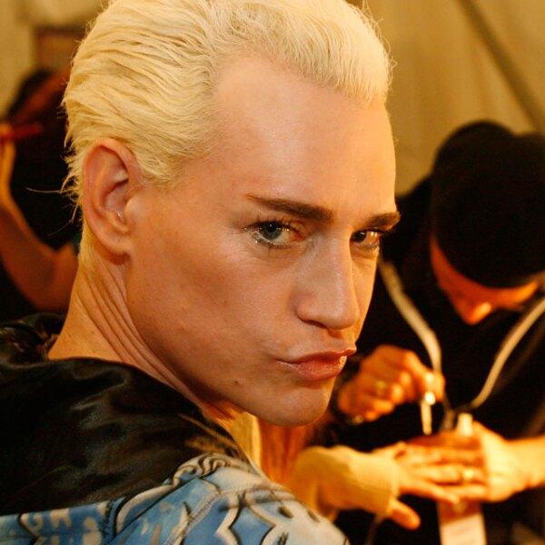 El diseñador Richie Rich, cocreador de Heatherette, tiende a la base, el delnieador y el gloss para labios.