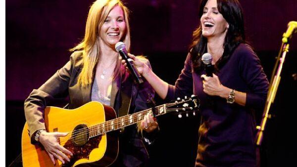Lisa y Courtney divirtieron a los presentes durante el evento benéfico Rock a Little Feed a Lot cuando la primera interpretó `Smelly Cat´, tema que su personaje de Phoebe cantaba en `Friends´.