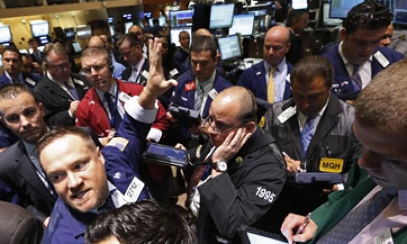 El Dow Jones avanza 80.68 puntos a 12,816.97 unidades. (Foto: Reuters)