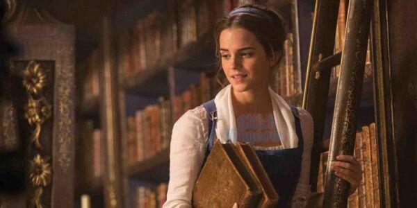 Emma Watson como Bella en la biblioteca