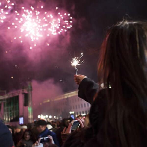 Una niña celebra la llegada del Año Nuevo en los hombros de su padre, en la ciudad de Bulgaria.