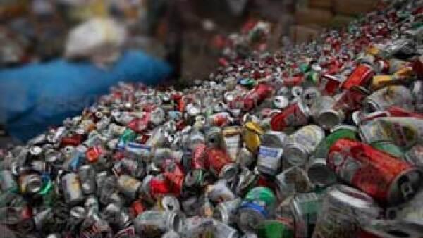 Las latas de bebidas post consumo tienen un peso aproximado de 15 gramos, se necesitan alrededor de 67 para obtener un kilo, el cual se cotiza en 17 pesos en México. (Foto: AP)