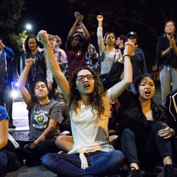 Los estudiantes protestan en Davis, California, EE.UU.