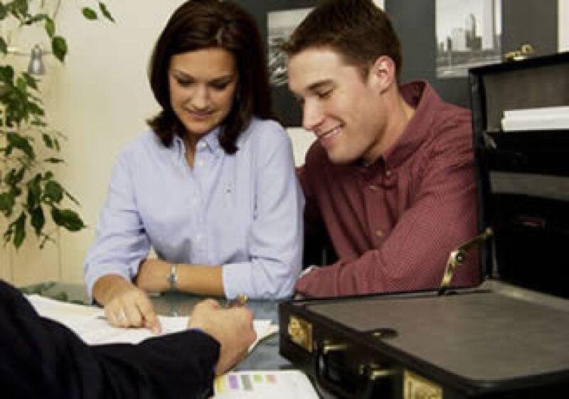 Al convertirte en avalista de un conocido te comprometes a pagar su deuda en caso de que él no lo haga. (Foto: Jupiter Images)