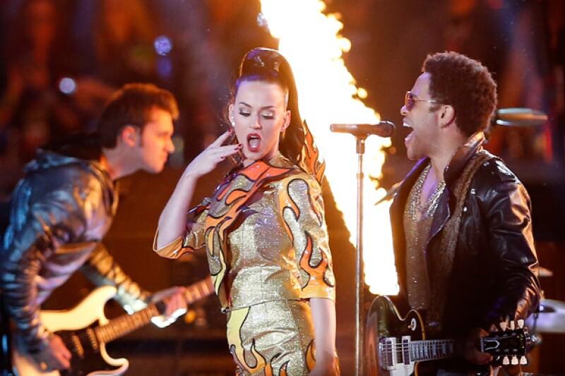 Katy Perry y Lenny Kravitz tuvieron un sexy performance durante el medio tiempo del Super Bowl.