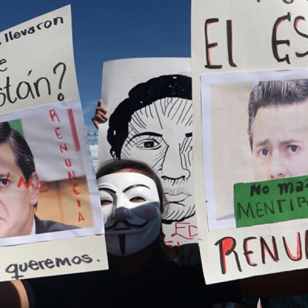 Era una de las exigencias escritas en pancartas que portaban los estudiantes de la estatal Universidad de El Salvador (UES).