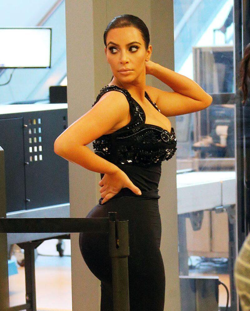 Kim no descuida sus poses ni cuando viaja y lució un vestido negro que acentuó sus curvas.