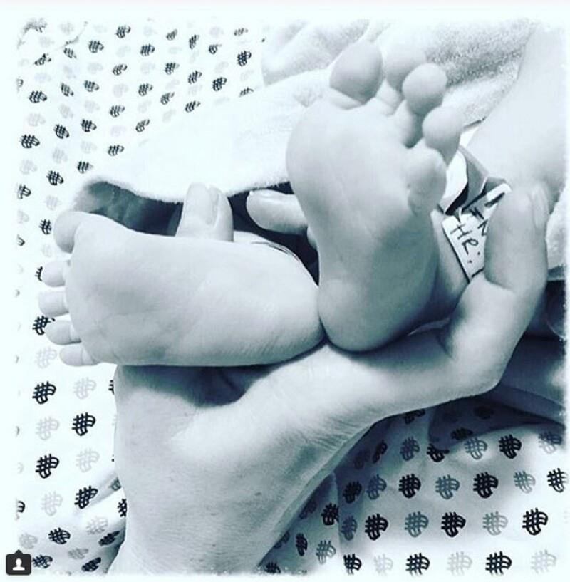 La pareja está muy feliz tras el nacimiento de su primer hijo juntos y mediante una imagen muy tierna en Instagram, compartieron un mensaje en el que además, revelan finalmente el nombre de su bebé.