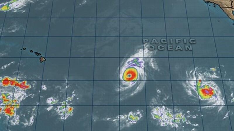 La trayectoria de los dos huracanes que se espera que golpeen Hawaii en las próximas horas
