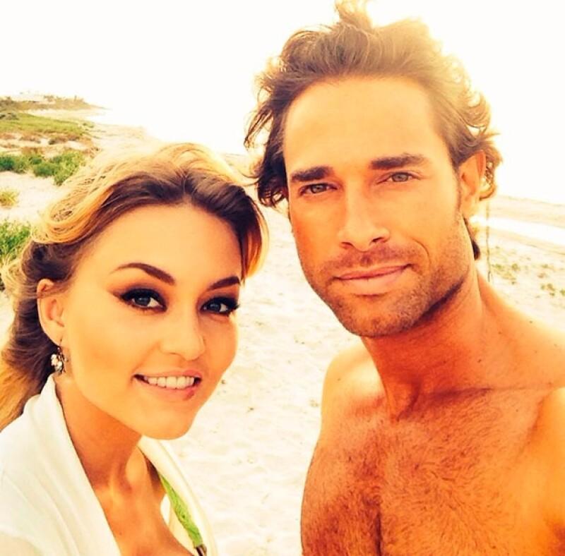La pareja confirmó su romance luego de más de medio año de rumores.