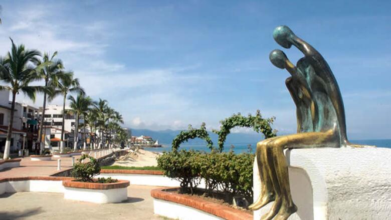 A todo lo largo del malecón de Puerto Vallarta, podrás encontrar esculturas, como este ejemplo llamada 'La Nostalgia'.