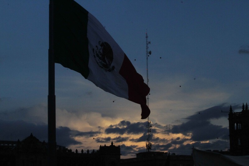 Cayó la noche en el Zócalo, culminó la marcha del 2 de octubr
