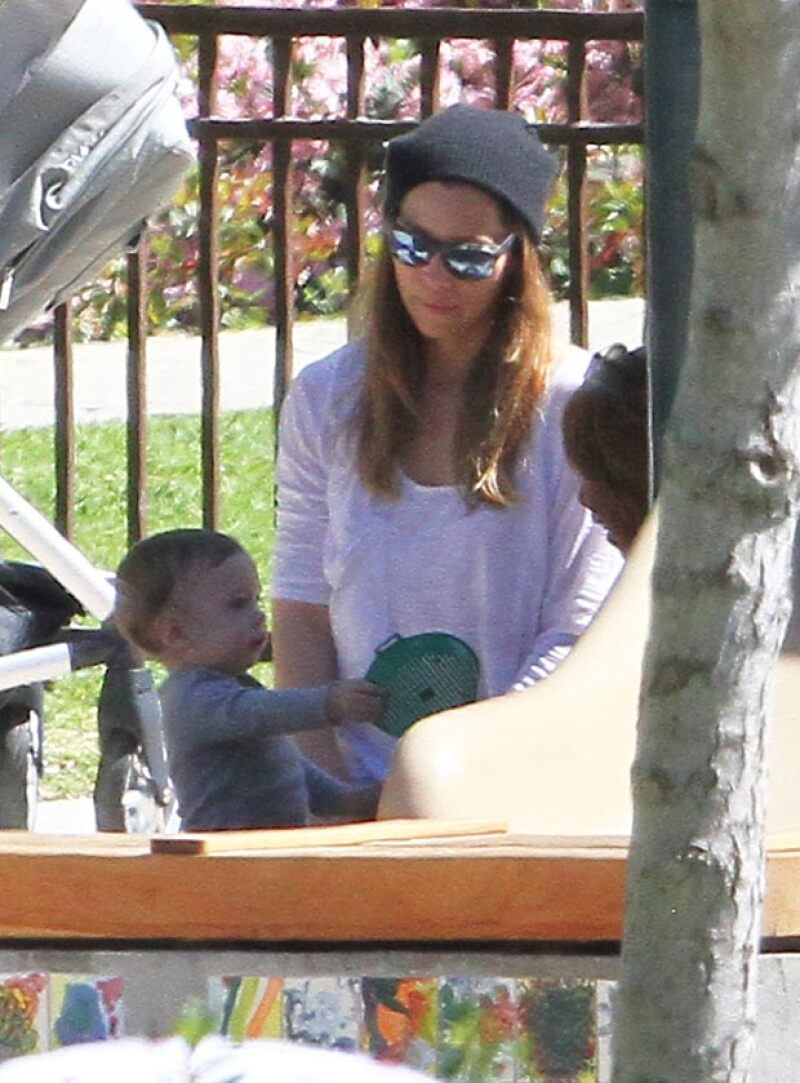 La actriz fue captada llevando a su pequeño hijo a un parque en Beverly Hills, donde dejó ver lo grande que se ha puesto su hijo en su primer año de vida.