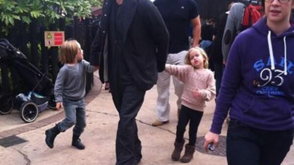 """El guapo actor de 49 años y sus pequeños fueron captados divirtiéndose en la tierra de """"Lego"""", en Windsor, Inglaterra. Testigos comentaron que tomaban su lugar en la fila para esperar su turno."""