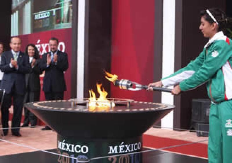 Calderón aplaude el encendido del Fuego Bicentenario por parte de Paola Espinosa. (Foto: Notimex)