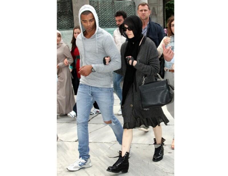 La cantante se encuentra de gira por Turquía, donde ha sido acompañada de su novio Brahim Zaibat, aprovechando su visita, Madonna decidió conocer un poco más de la ciudad.