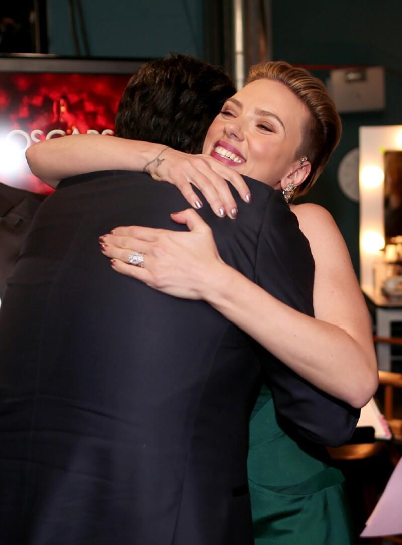 Scarlet dijo que fue un placer encontrarse con Travolta en los Oscar.