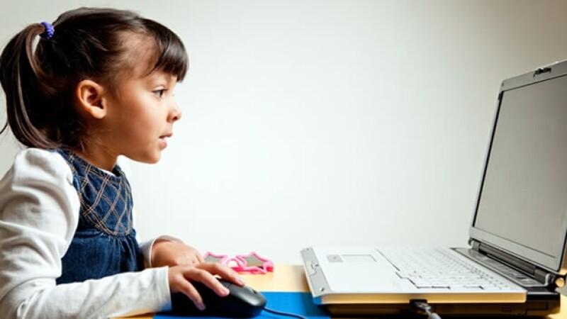 niña computadora redes sociales