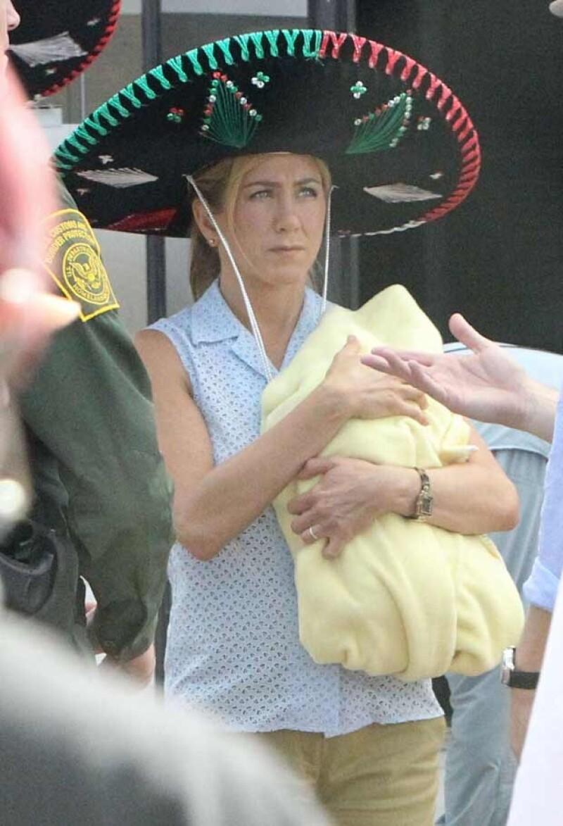 """La actriz fue captada usando un sombrero en el set de su nueva película """"We´re the Millers"""", donde interpreta a la esposa de un jefe de un cartel de narcotráfico."""